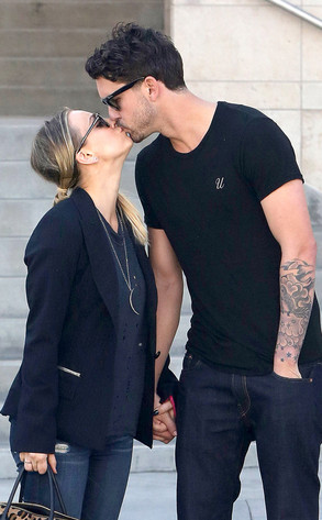 Kaley Cuoco, Ryan Sweeting, Kiss