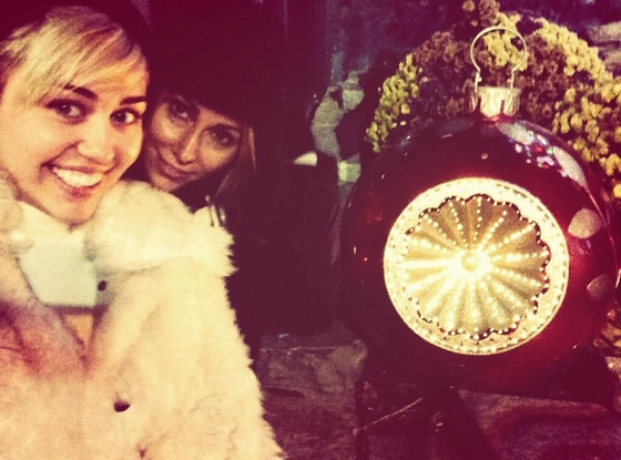 Miley Cyrus, Tish Cyrus, Twitter
