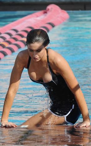 Katherine webb shows off cleavage during splash swim for Splash pool show quebec