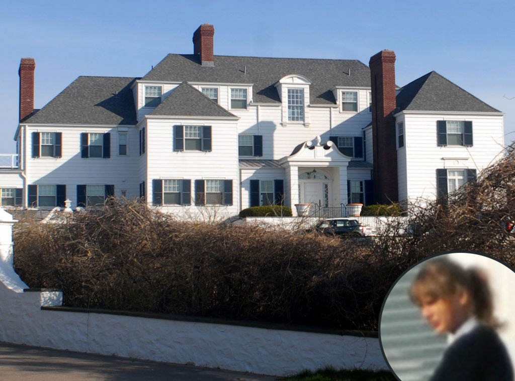 Taylor swift rebuilds seaside wall at rhode island home for Rhode island home builders