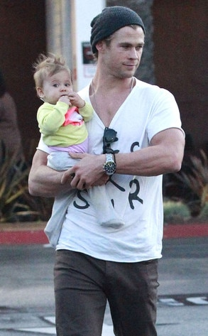 Chris Hemsworth Takes Daughter India Rose On A Shopping