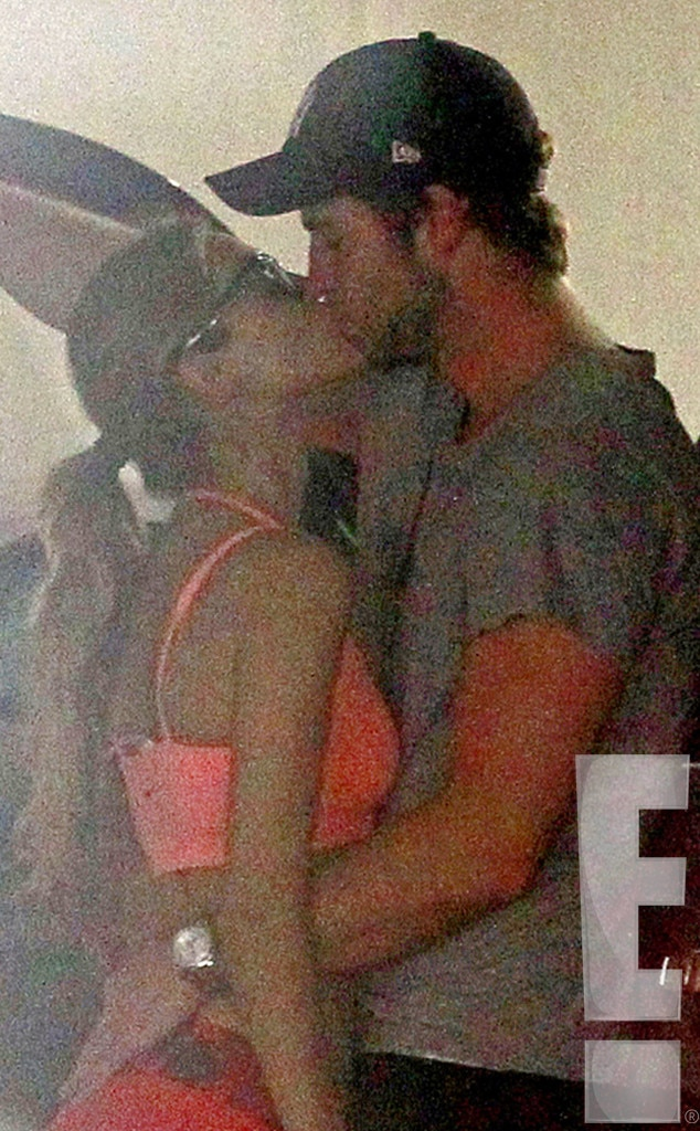 Liam Hemsworth And Eiza Gonzalez OMG! Liam Hemsw...