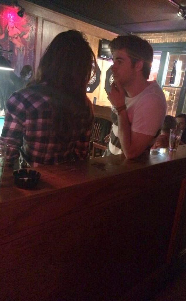 Liam Hemsworth, Nina Dobrev, Twitter