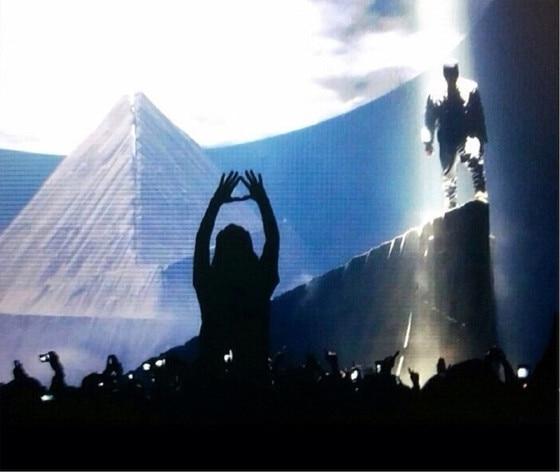Kanye West, Yeezus Tour, Kim Kardashian Instagram