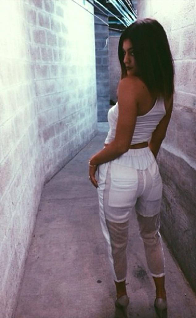 Kylie Jenner S Booty Selfie Compare It To Kim Kardashian