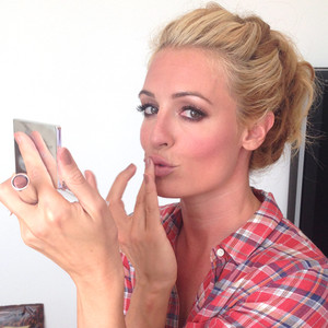 behind the scenes at the emmys see cat deeley get ready for the red
