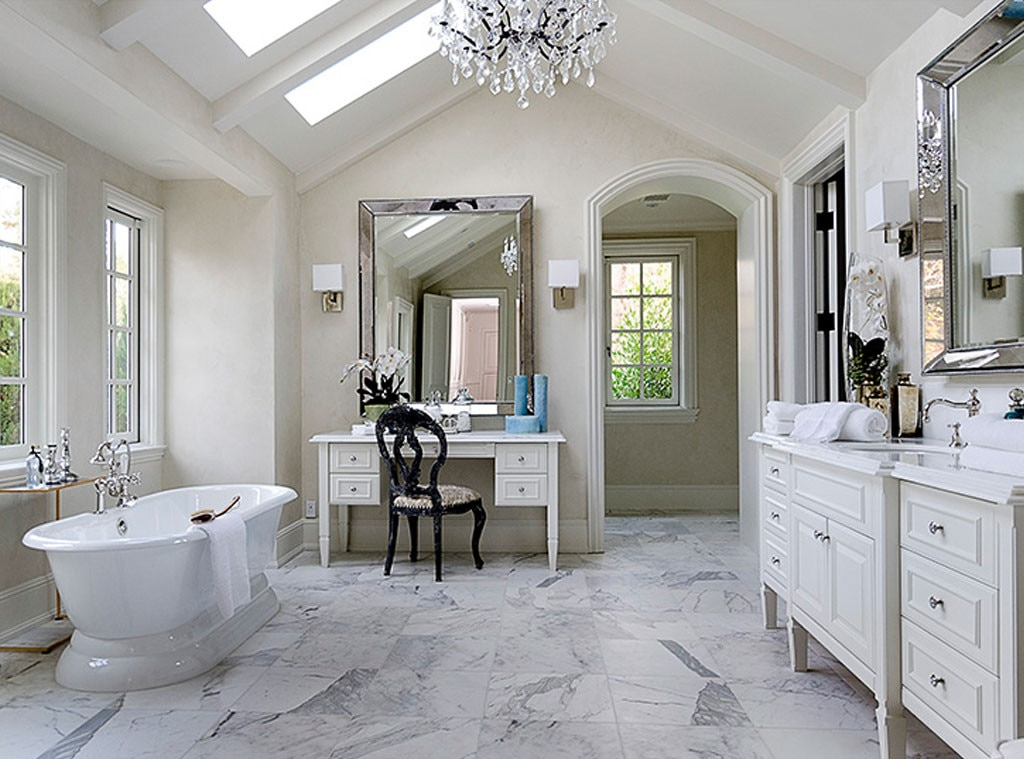 Run a bubble bath from kim kardashian kanye west 39 s 20 for Decoration maison kris jenner
