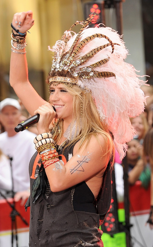 Kesha, Headdress