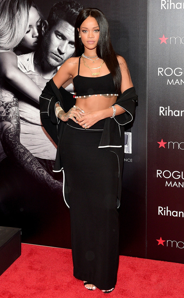 Rihanna Looks Sexy In Black Shows Off Fantastic Figure