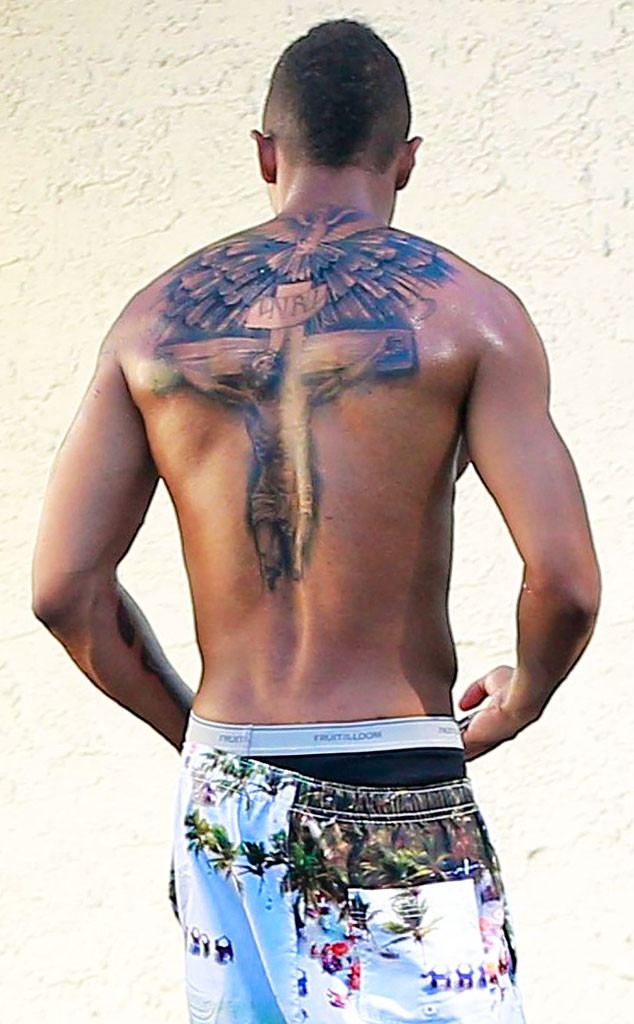 nick cannon covers up his mariah carey tattoo replaces tribute ink with massive new tat e news. Black Bedroom Furniture Sets. Home Design Ideas
