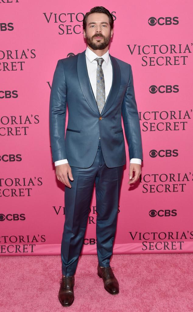 Charlie Weber, Victoria's Secret Fashion Show Pink Carpet