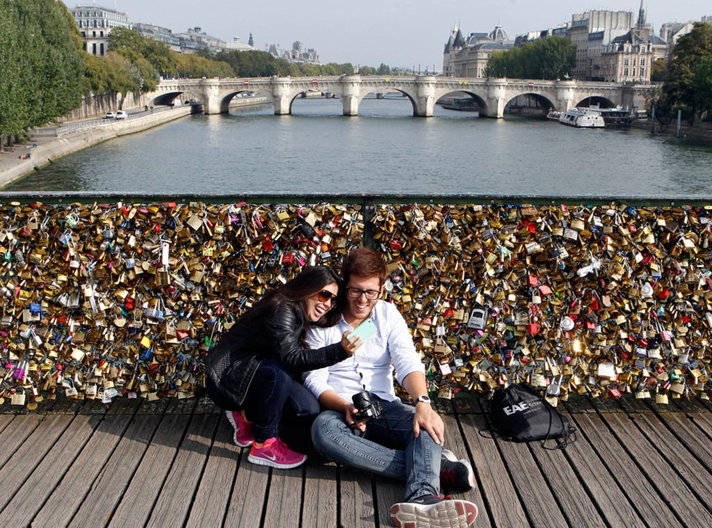 Dear lovers paris 39 famous love locks bridge is getting for Love lock bridge in paris