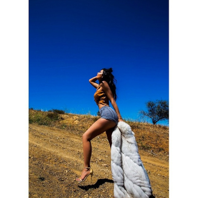 See Kylie Jenners Sexiest Selfies & Nearly Naked