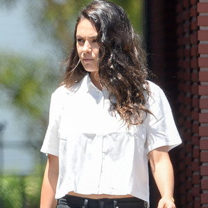 Hot mama mila kunis flaunts slim post baby bod in white crop top and skinny jeans see the pic - Mamma porno diva ...