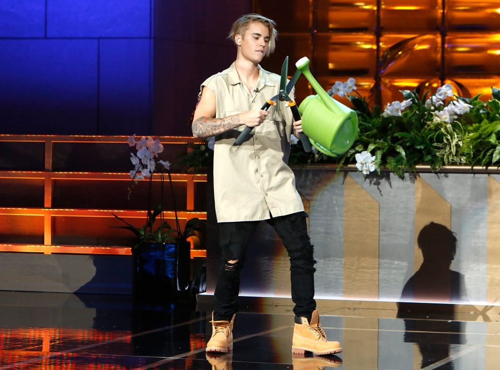 Justin bieber makes a surprise appearance on ellen and obviously fans cried watch now e news - Ellen show new york ...