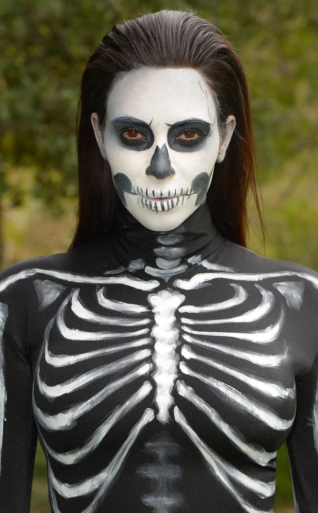 diy halloween costume watch this spooky skeleton makeup tutorial now e news. Black Bedroom Furniture Sets. Home Design Ideas