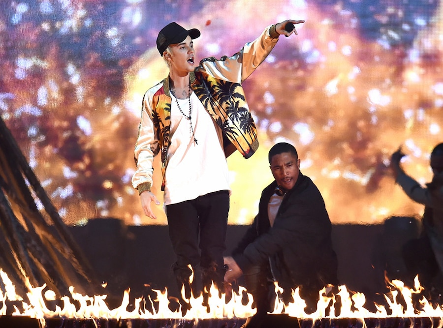 Justin Bieber, BRIT Awards, Performing