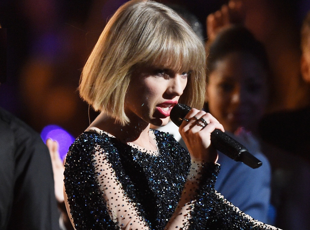 Taylor Swift, Performing