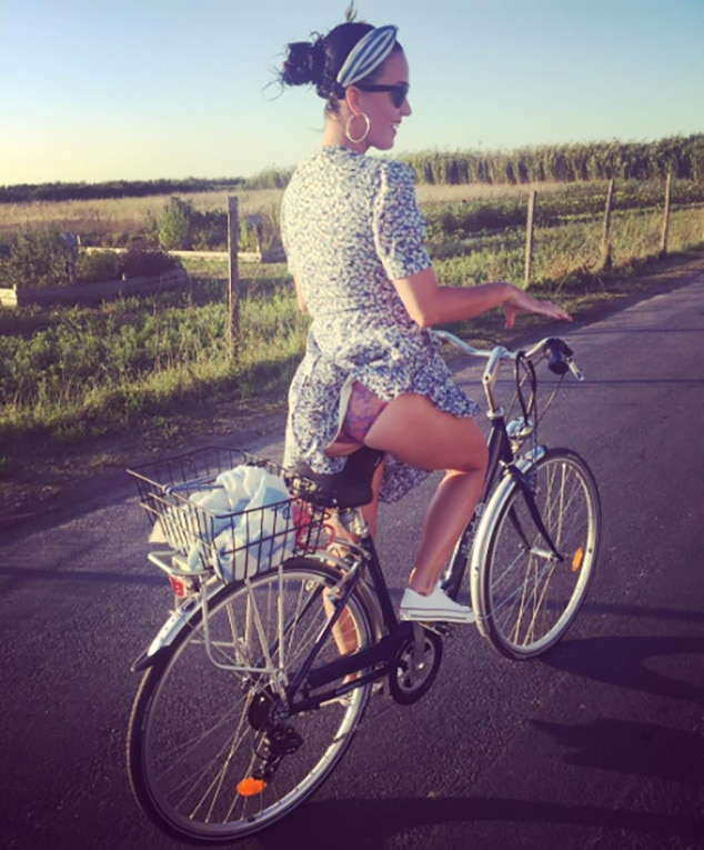 katy perry volunteers a cheeky vacation photo of her own e news