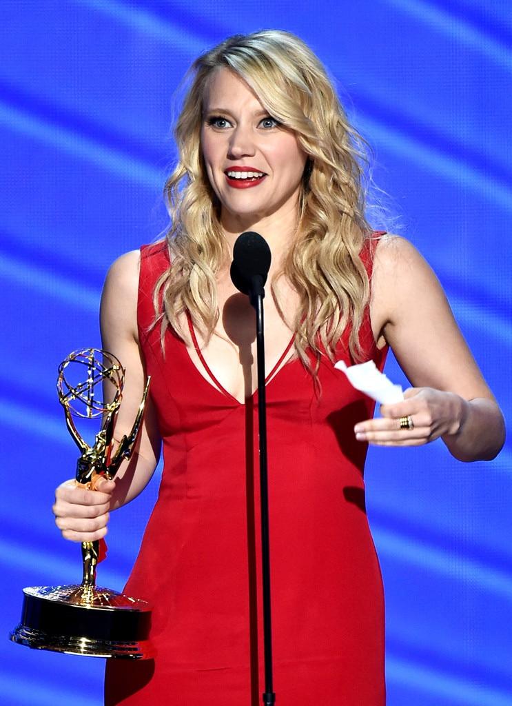 Kate McKinnon Thanks Hillary Clinton & Ellen DeGeneres in ... Emmy Winners