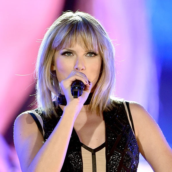 taylor swift makes surprise appearance at the 2016 cma awards e news uk. Black Bedroom Furniture Sets. Home Design Ideas