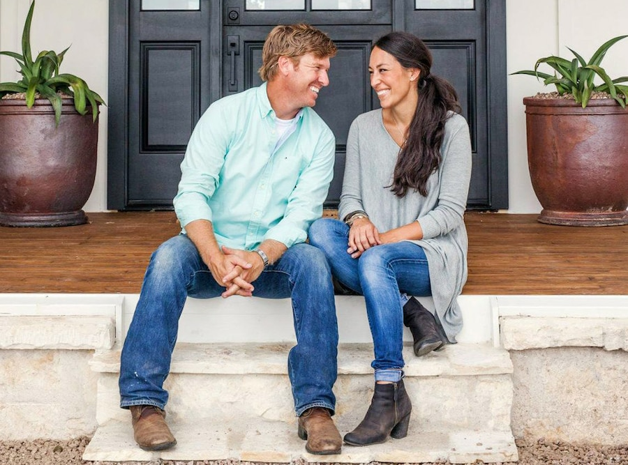 chip gaines and joanna gaines 39 love story beyond fixer upper e news. Black Bedroom Furniture Sets. Home Design Ideas
