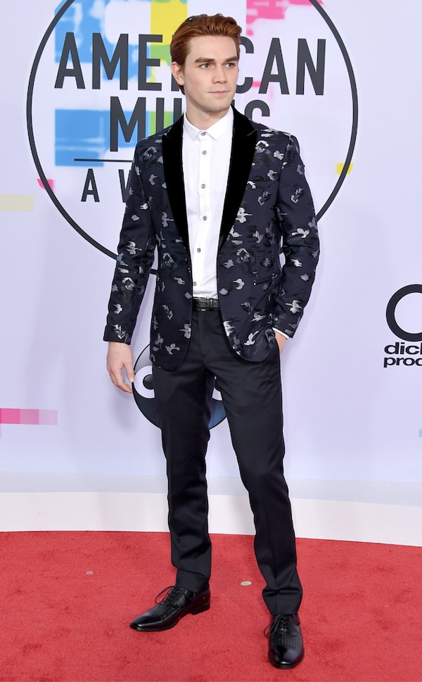 kj apa from 2017 american music awards  red carpet fashion