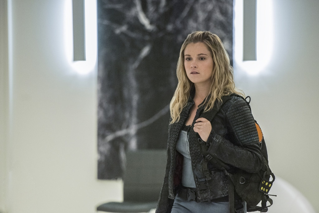 The 100 Is Finally Giving Clarke The Comforts Of Home For A Quick Second