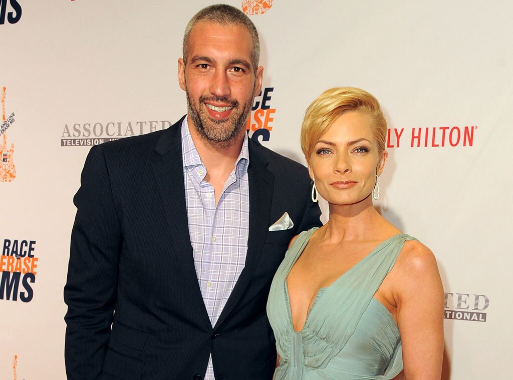 Jaime Pressly pregnant with twins
