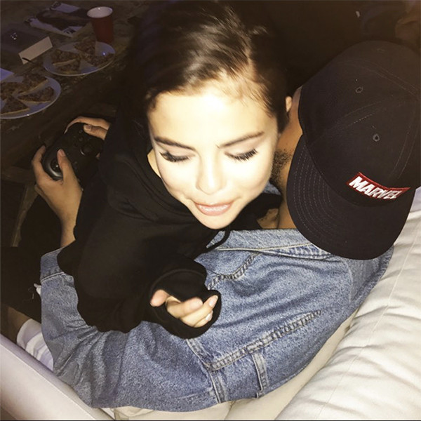 Fashion week mexico 2017 - Selena Gomez And The Weeknd Cuddle As He Plays Video Games