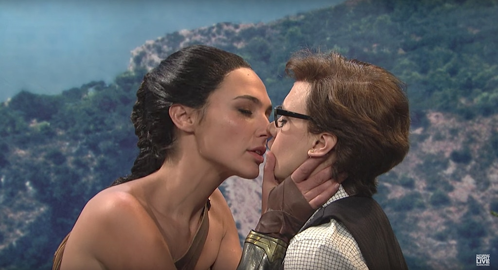 Kate Mckinnon >> Gal Gadot and Kate McKinnon Kiss in Wonder Woman Parody ...