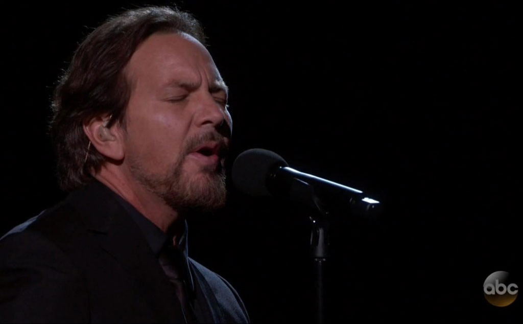 Eddie Vedder covers Tom Petty at Oscars during