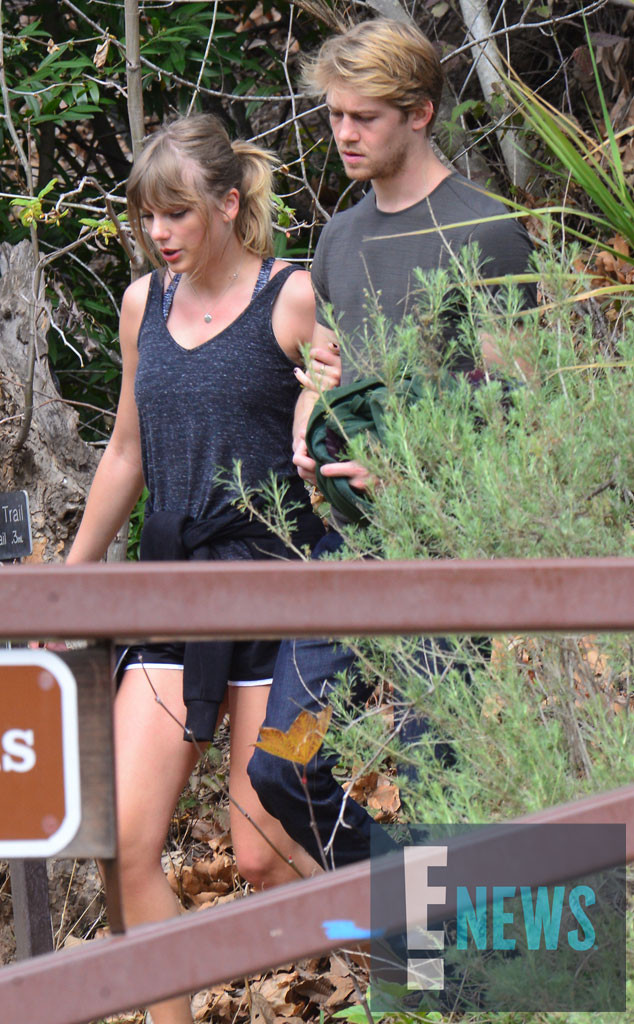 rs_634x1024-180308083023-634-EXCLUSIVE-TAYLOR-SWIFT-JOE-ALWYN-HIKE-J4R-030818.jpg?fit=inside%7C900:auto&output-quality=100