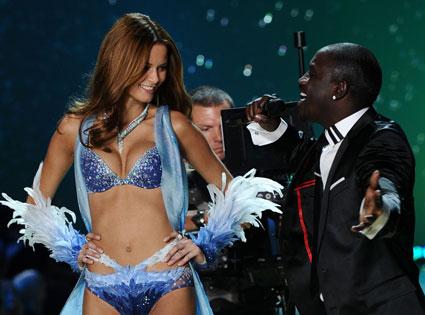 Flavia de Oliveira, Akon