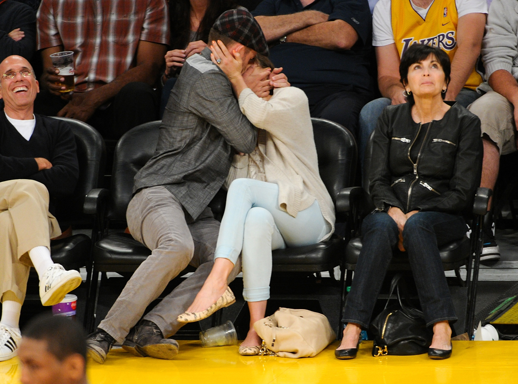 Aw! Justin Timberlake, Jessica Biel Make Out for Lakers ...
