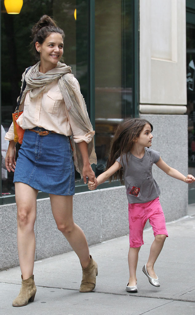 Katie Holmes Dresses Like It S The 80s When Tom Cruise Was A Star And Baggy Button Downs Were Hot E Online Ca