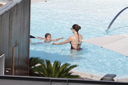 Jennifer Lopez curte piscina