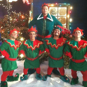 Blake Shelton Cheers Its Christmas.Blake Shelton Brings Christmas Cheers Early See His Elf King