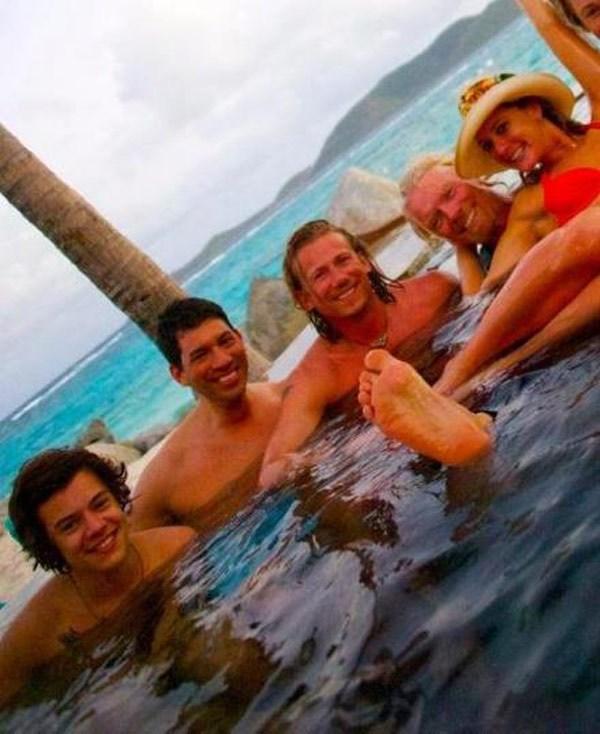 Taylor Swift deixa Harry Styles, que fica na casa do dono da Virgin Records
