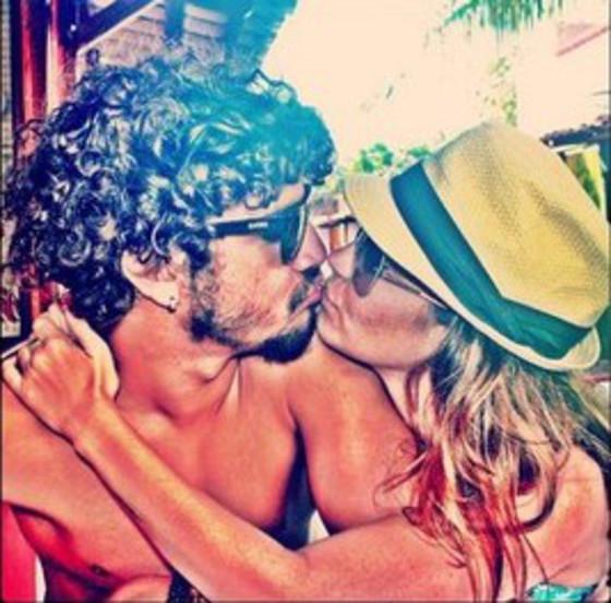 Caio Castro beija mãe de filha