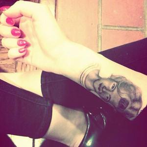 Miley Cyrus, Tattoo, Twitter