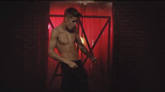 Justin Bieber sem camisa beija menina clipe All that Matters