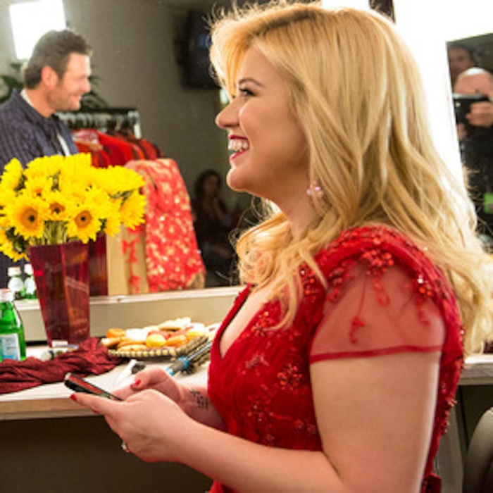 Kelly Clarkson\'s Cautionary Christmas Special Sneak Peek: Blake ...