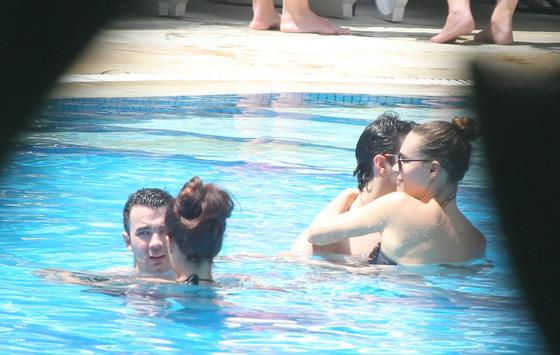 Joe Jonas beija a namorada em piscina de hotel no Rio