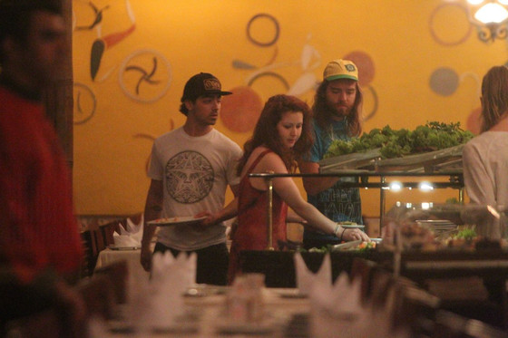 Jonas Brothers posam com fãs em churrascaria no Rio