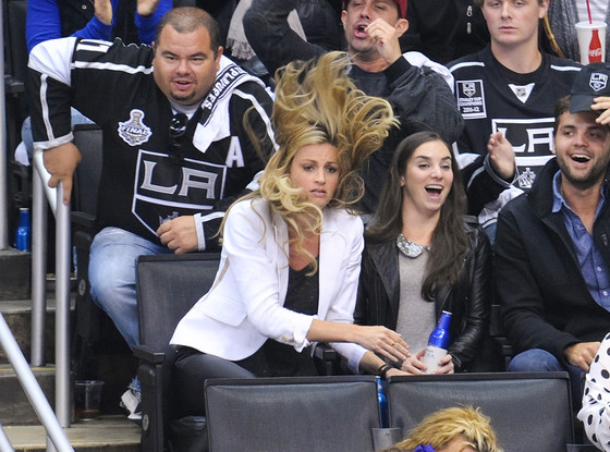 See Erin Andrews Wild Hair Raising Pic From L A Kings Hockey Game