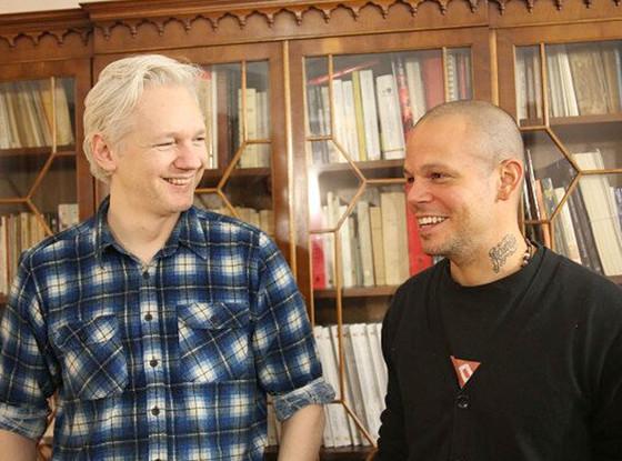 Julian Assange, Calle 13