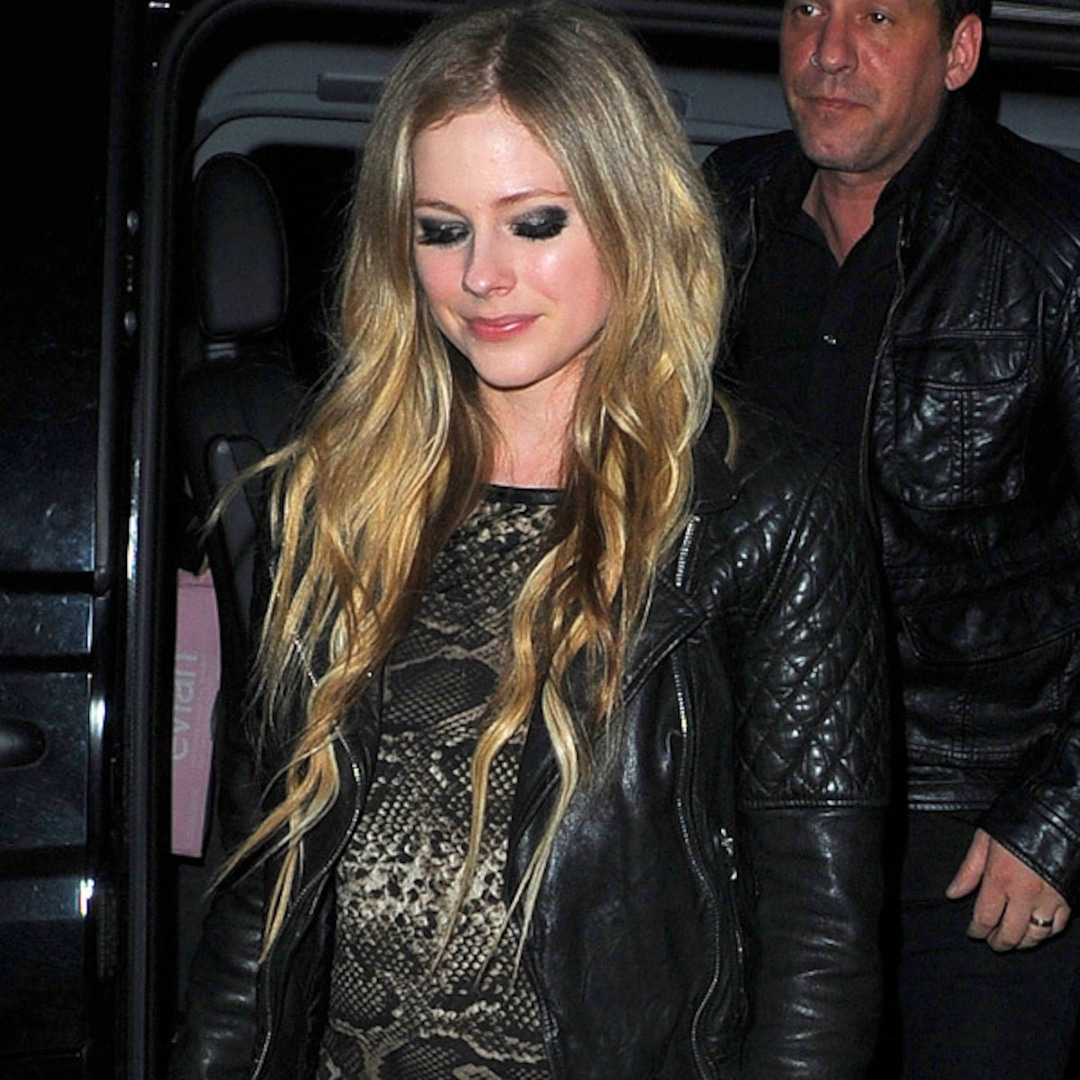 Avril Lavigne Showing Off Baby Bump Check Out The Cute Photo And