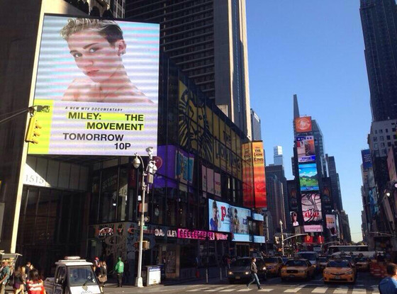 Miley Cyrus, The Movement Billboard, Twitter