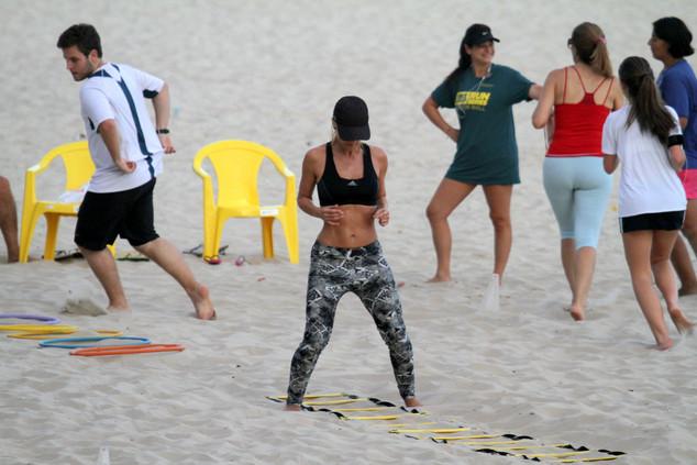 Carolina Dieckmann se exercita na praia